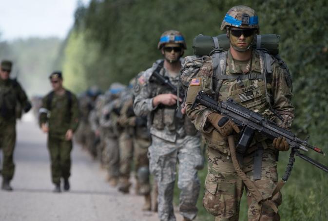 Американские солдаты из 1-го батальона, 109-го пехотного полка, Национальной гвардии Пенсильвании, проводят марш-бросок во время учений Удара сабли 18 в тренировочном районе Пабраде, Литва, 6 июня 2018 года. (Фото Эндрю Макнил / 22-й мобильный Отдел по связям с общественностью США)