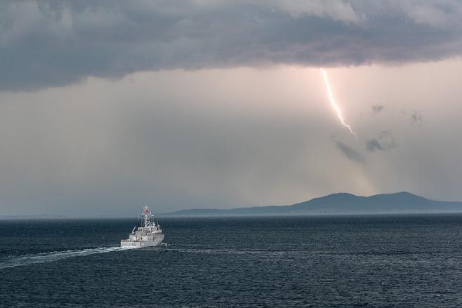 корабль и молния