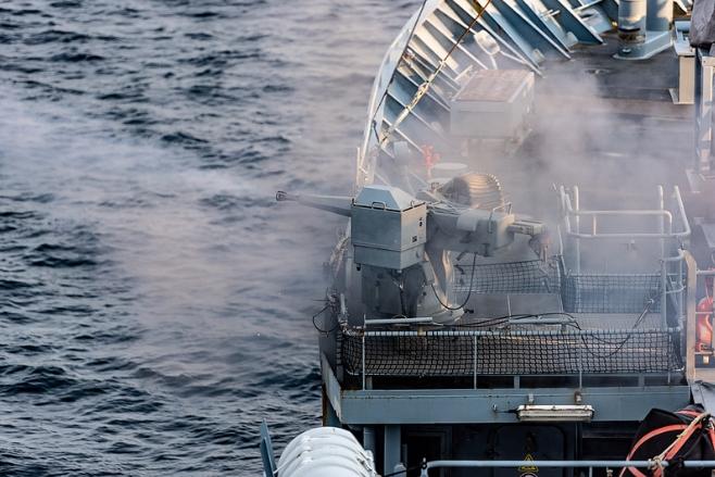 стрельба из морского орудия