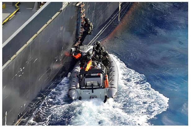 Члены команды испанского фрегата досматривают судно