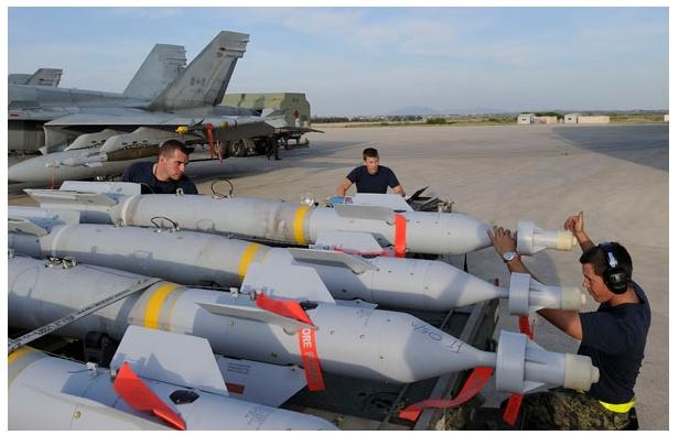 Техники ВВС Канада готовят боеприпасы
