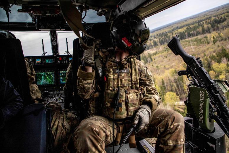 Член экипажа разведывательного вертолета британской армии AW159 Wildcat наблюдает за эстонским лесом во время учений Весенний шторм