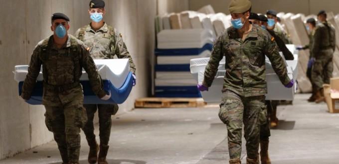 """Испанские войска перевозят койки для использования в полевом госпитале в рамках операции """"Бальмис""""."""